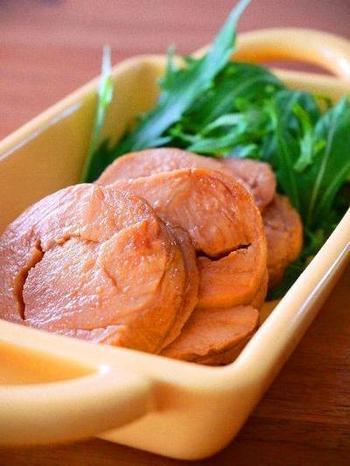 こちらは炊飯器で保温しながらじっくりゆっくりと作る鶏胸肉のチャーシュー。時間はかかっても炊飯器にお任せできるので簡単!
