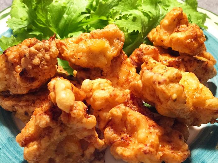 こちらの唐揚げレシピは、塩とヨーグルトで一晩漬け込むことで鶏胸肉を柔らかくします。フォークでお肉に穴をあけ、それからヨーグルトと塩を揉み込んで冷蔵庫へ。そうすることでお箸で割れてしまうほどの柔らかさに…!