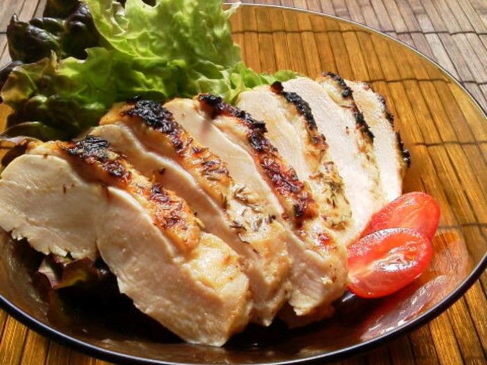 こちらも鶏胸肉にフォークで穴をあけ、ヨーグルトと焼肉のたれを漬け込み1晩寝かせます。お肉が柔らかく、また焼肉のたれもしっかりと染み込んでくれます。焼肉のたれだけで下味がつくのは時短にもなりますよね。