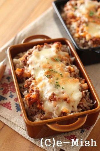 ご飯の上に、シンプルにミートソースとチーズをのっけるだけで出来上がるドリア。チーズとミートソースがとろりと絡みあうと濃厚な味わいに。これなら、パスタの翌日にパパッとランチを済ませたい時に活躍してくれます。
