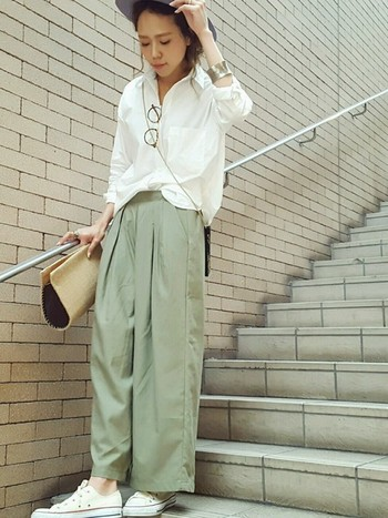 白シャツにカーキパンツを合わせて、シンプルな組み合わせに。簡単に大人の女性のこなれ感を演出できます。小物で夏らしさをプラスしましょう♪