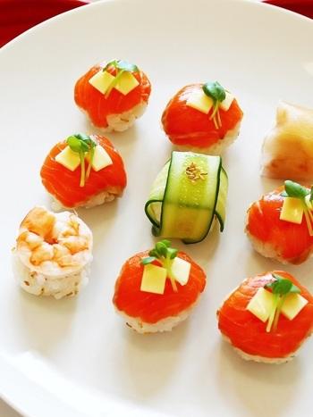 洋食が多くなるポットラックですが、やっぱり和食も食べたいですよね。てまり寿司は寿司飯をサランラップにご飯とネタを乗せ丸めるだけの簡単レシピです。ラップでそのまま運べて衛生的です。