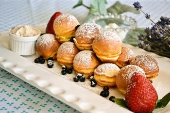 デンマークの伝統的なパンケーキのエーブルスキワは、パンケーキの中にリンゴやベリー、ジャムなどをお好みで入れて焼きます。たこ焼き器にそっくりな見た目の専用の機械もありますが、たこ焼き器で簡単に作れます。関西地方の方だと、お手のものですね!