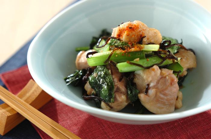 鶏肉と小松菜の塩昆布炒めの味付けは、塩昆布のみでとってもシンプル。鶏肉にしっかり味がしみこんで美味しいですよ。