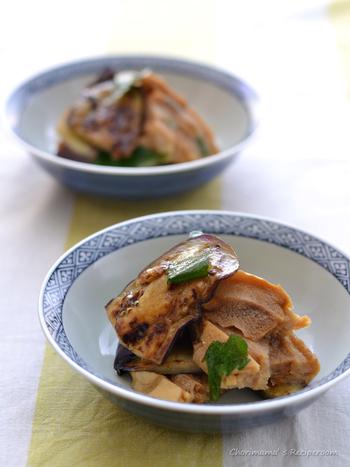 続いてご紹介するのは、様々な食材と組み合わせた美味しい和風レシピです。さっぱり風味の焼きナスと車麩のおかずは、夏の食卓にぴったりの一品。作り方はとっても簡単で、常備菜としてもおすすめです。しっかり冷やしていただくのが、美味しさのポイント☆