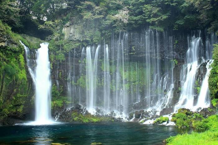 白糸の滝は、昭和25年に観光百選滝の部で1位に選ばれた天然記念物の滝です。幾筋もの水が流れ落ちる姿は白い絹糸のようでとても美しい滝として知られています。
