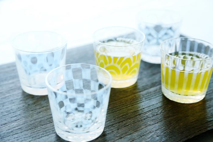 「大正浪漫」シリーズのそば猪口。日本独特の成型方法でつくられる水玉柄や市松模様が、夏を涼しげに彩ります