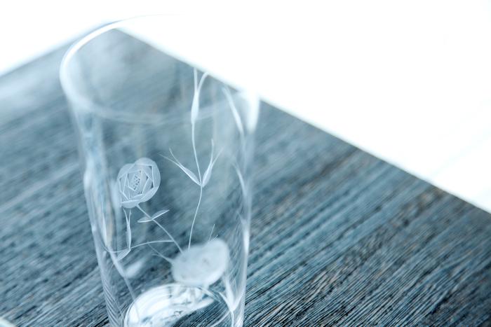 薄いガラスに施されたバラの模様。美しい線と面が揺らぎます
