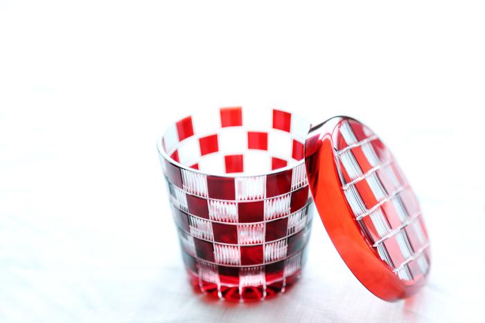 江戸切子の「蓋ちょこ」。こちらは市松模様。常に品薄の人気商品です