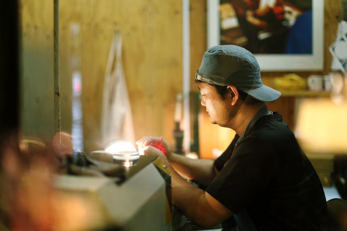 25年ほど江戸切子を作る職人・河合さんの手元では、みるみるうちに美しい模様が浮かび上がります