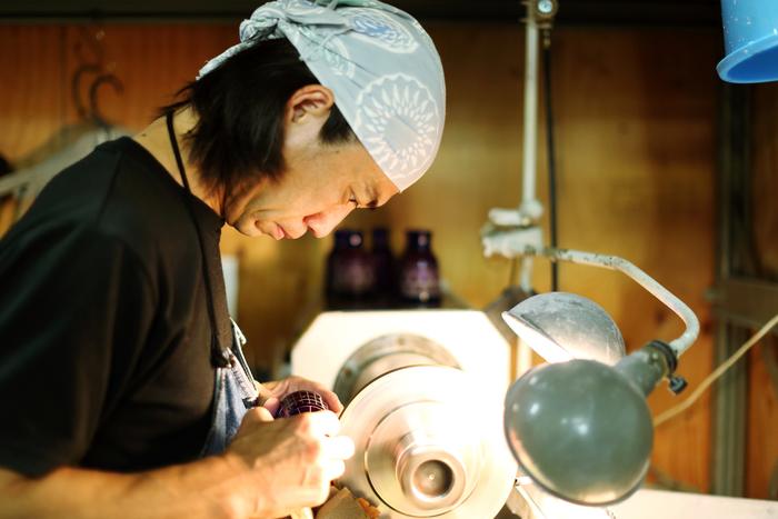 現在すみだ江戸切子館では3人の職人さんが江戸切子に模様を彫っており、作業しているところを見学することができます