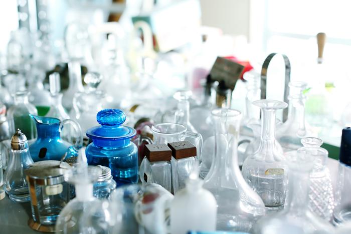 廣田硝子の本社には、過去に作ってきたガラス製品がところ狭しと置かれています。この中からまた、「復刻」される製品が出るかもしれませんね