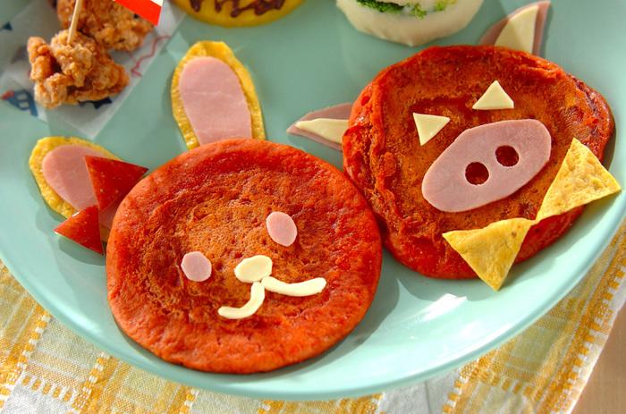 可愛すぎる動物のパンケーキ。ホットケーキミックスで作るのでとっても簡単。真っ赤なのは牛乳の代わりにトマトジュースを入れているから!スライスチーズとハムで顔のパーツを作れば、子供が大喜びしてくれそうなパンケーキの完成♪
