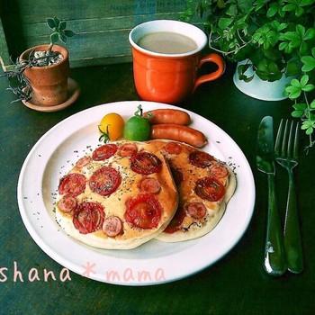 フライパンにパンケーキの生地を流しいれた時にミニトマトとソーセージをのせるだけのお手軽レシピ。トマトの酸味とソーセージの塩気が相まって◎。朝食にぴったりのパンケーキです。