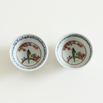 「円(縁)がつながる」と言われる、縁起の良い丸紋を配した九谷焼の盃。唐草模様もまた繁栄の象徴でもあります。伝統的な古典柄でありながら、モダンな雰囲気もあるので、普段の食卓にも合わせやすいのが魅力的。お祝いの席にもぴったりです。