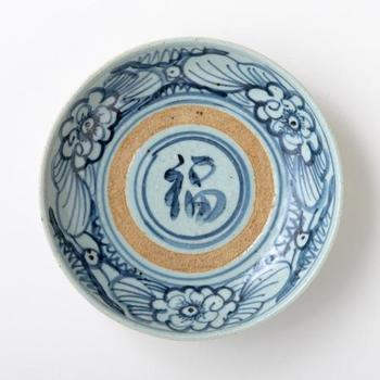 中国の古い器。骨董品にある独特の風情や趣深さに魅せられてしまいそうです。こちらは清代後期に焼かれたと言われる状態の良い器。「福」の字がストレートに嬉しい気持ちにさせてくれますね。