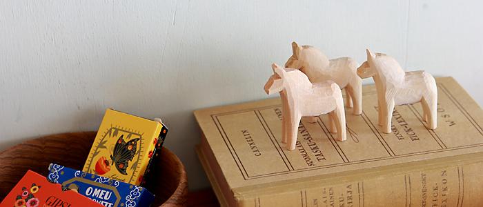スウェーデンを代表する伝統的な民芸品、ダーラナヘスト(ダーラナホース)。その昔、木こりたちが、馬に親しみと憧れを込めて、材木の切れ端で作ったダーラナヘストは、その優しげな雰囲気、愛情のこもった様から、「幸せを運ぶ馬」と形容されることも。子どもにも愛されるモチーフなので、出産のお祝いにも喜ばれそうです。
