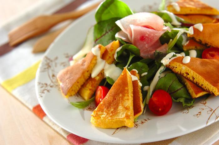 すりおろしたにんじんを加えたパンケーキをたっぷりと野菜を使ったサラダに合わせて。パンケーキと一緒にサラダを食べることでボリュームアップしてお腹も満足できる1品。