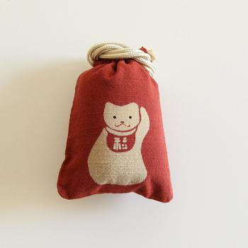 開運招福、商売繁盛、心願成就を表す左手を挙げた招き猫。ちょっととぼけたような表情もキュートです。いつも鞄に忍ばせておけば、幸運に恵まれるかも。