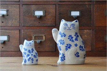 福を呼び込む'招き猫'を模したリサ・ラーソンの波佐見焼オブジェ、「まねくねこ」。そのミニチュア版として、手のひらサイズの「まねくねこのこ」も登場。並べてみると親子のようで微笑ましい。和の家具や雑貨に合わせても素敵ですね!