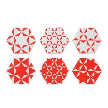 その名もユニークな'かめこうスター'は、中川政七商店のオリジナル商品。紅白の鮮やかな柄は、亀の甲羅をイメージした六角形に麻の葉模様をテンプレートに描かれたもの。長寿の象徴である亀と魔よけや厄除けの意もある麻の葉模様。古典的な柄でありながら、どこかポップで明るい雰囲気が楽しいコースターです。
