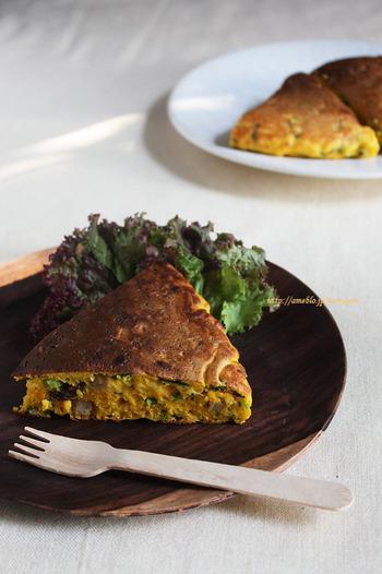 野菜をたっぷり使ったパンケーキ。みじん切りにした小松菜・すりおろした人参・ソーセージを生地に加えて焼くだけで簡単。具沢山なので食べ応え抜群です!