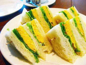 ふんわりパンに挟まれた卵焼きとレタスにきゅうり。 ランチや、小腹が空いた時にはシェアしていただくのもいいですね。