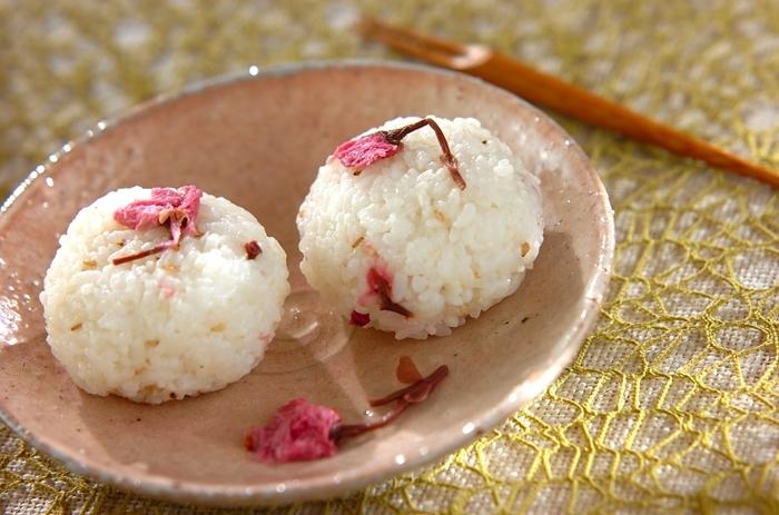 桜のおにぎりで、お弁当にも春を。季節を大切にする日本の心です。炊き上がったご飯に刻んだ桜を加えているので、色もきれい。このレシピでは、軽く塩抜きした桜を使っています。