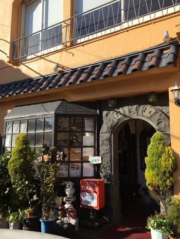 長谷駅から先ほどご紹介した力餅家へ向かう途中、ちょうど真ん中辺りにある、老舗の洋食屋「CARO(カロ)」です。 お昼時はいつも満席で、行列が絶えないお店です。