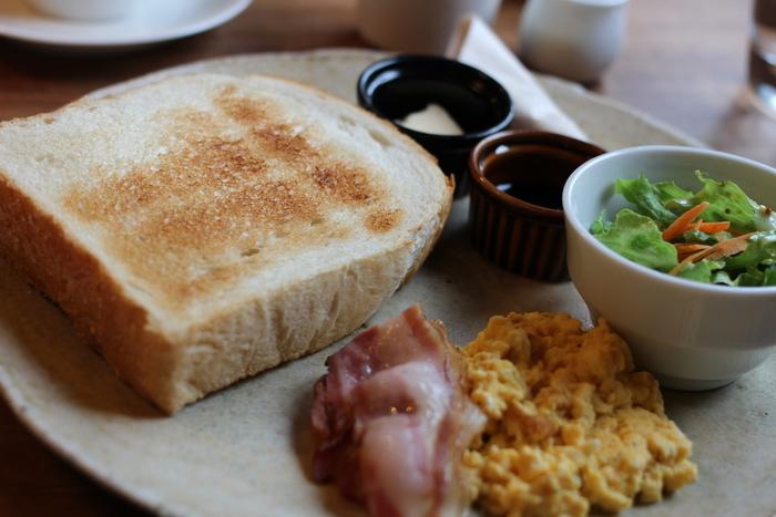 カフェルセットでいただけるのは厚切りの食パンに、サラダ、ベーコン&スクランブルエッグにコーヒーです。 朝の8:30から営業しているので、朝のお散歩や、鎌倉に宿泊した際に訪れてみてはいかがでしょうか。