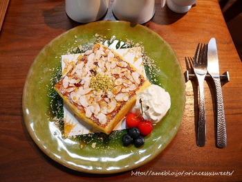 モンティクリフト(お食事系フレンチトースト)や、スライスアーモンドたっぷりのあまーいフレンチトーストをいただけます。