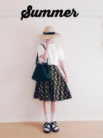 夏だからこそちょっぴりスパイスの効いたスカートと合わせて、太陽が似合うサマーガールコーディネートを。ソールが厚めなので、短めのスカートと合わせてもバランス良くきまります。