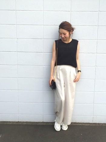 黒のトップスを着るなら、白の分量多めのワイドパンツがオススメ。ちょっとピンクがかった白を選ぶと黒を優しい印象に変えてくれます。小さめバッグが華奢に見せてくれますね。