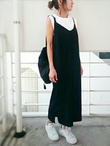今年はキャミソールやキャミソールワンピースを重ね着するコーデが流行っています。黒のキャミソールワンピなら白のトップスと合わせてモノトーンで着こなすのが今年っぽい!