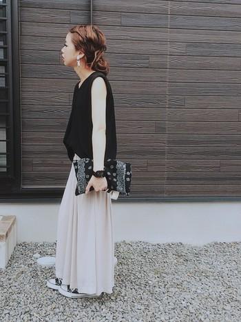 黒トップスに柔らかい白のスカートを合わせたモノトーンコーデ。今年流行のペイズリー柄のバッグを合わせてトレンドを意識しましょう。派手になりがちなペイズリー柄も、モノトーンコーデに合わせればアクセントになって素敵です。