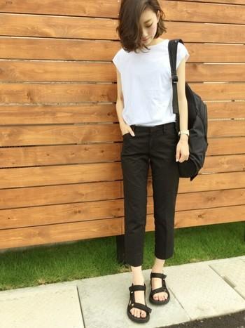 シンプルにかっこよく決めるなら、黒のパンツでクールに。カジュアルな白Tシャツにリュックを合わせたコーデなら、パンツはタック入りできちんと感を出すのがGOODです。