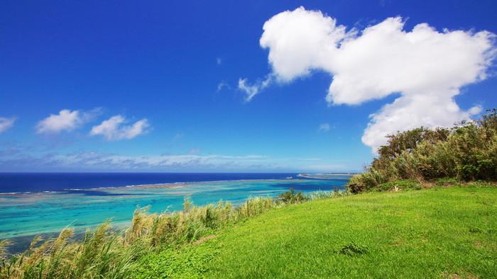 沖縄の魅力は、何と言っても青く澄んだ美しい海ですよね。本島以外にも宮古島や石垣島の名前をよく聞きますが「はての浜」という、360度海に囲まれた日本とは思えない楽園のようなビーチがある島があるんですよ。