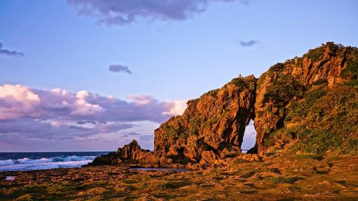 久米島が火山列島だったので「ミーフガー」も石灰岩だけでなくて、火山岩から成り立っているんです。岩の穴から海を眺める事が出来る貴重な久米島の自然スポットです。