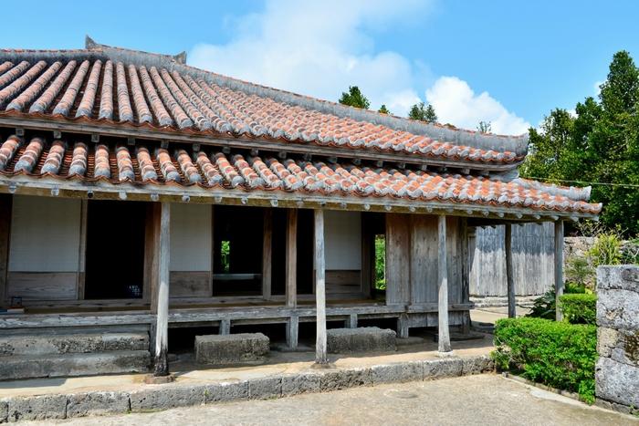 上江洲家は、美しくて赤い瓦屋根が特徴的な国の重要文化財に指定された民家です。建物が石垣殿内と呼ばれているのですが、その理由は立派な石垣で囲まれているからで18世紀にこの地域を治めていた名家だったそうです。
