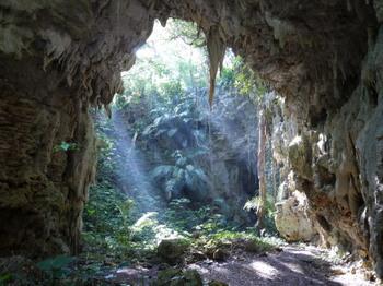 鍾乳洞ならではの、ひんやりとした空気を感じながら、入り口から800メートルほどかけて向かうのですが、自然のままの状態で歩きにくかったり、洞窟の中が暗いのでスニーカーなど歩きやすい靴や懐中電灯などを用意して行くといいですね。  神秘的な雰囲気を感じる事の出来るおすすめの観光スポットです。