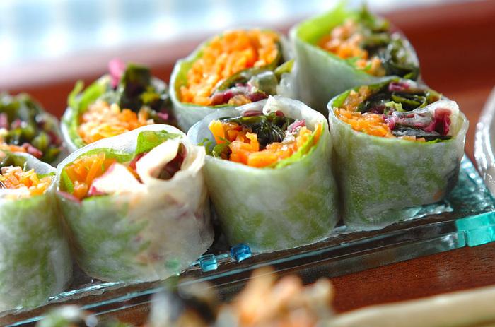 からし酢味噌でいただく和風の生春巻きです。大葉の風味が爽やかなアクセントに♪生春巻きは、サラダ感覚で野菜がたっぷり摂れ、食べ応えがあるのもいいですね。しかも、色彩が美しく、食卓が一気に華やかになります♪