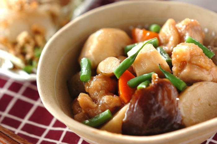 食物繊維たっぷりの根菜など、具だくさんな筑前煮は栄養バランスに優れ、ボリュームも満点。おなかも心も大満足な、昔ながらのお料理です。冷めるときに、味がさらにしみ込みます。