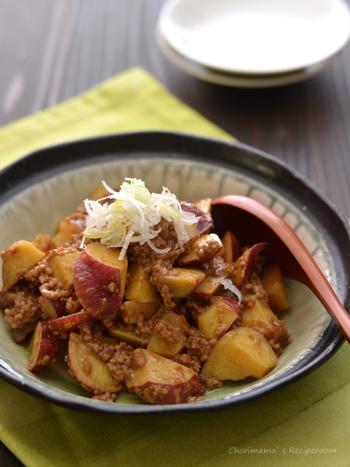 火を使わず、レンジでさっと作る時短レシピ。さつまいもの優しい甘みと肉のうまみがよく調和します。さつまいもの代わりに、じゃがいもや里芋を使っても美味しそう♪