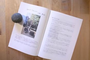 CMソングへの起用も多い彼女のZINE『Portrait』には、写真と共に最新アルバム『AROUND the CORNER』についての対談や、全収録曲の日本語訳と解説が。