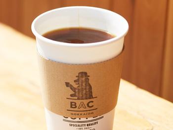 Espressoをお湯割りしたAmericano。濃い味が苦手な人におすすめ。HotとIceの2種類あります。