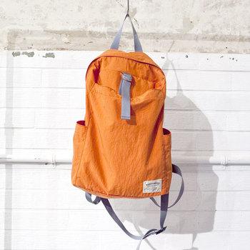 Relax bagは、シンプルなデザインが魅力のリュックです。素材は、綿のような肌ざわりのよい、スパン調の「タッサーナイロン」。そのナイロンを贅沢に2枚重ねにすることで、耐久性を強めています。