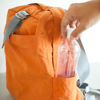 ペットボトルを入れるポケットも。小さく畳めるので旅行の時にも大活躍してくれます。