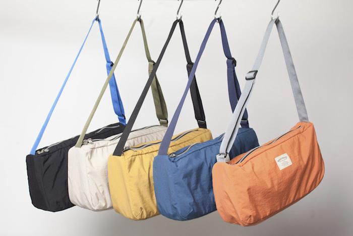ショルダーバッグって、長く肩にかけていると痛くなりますよね。物をいれればなおさら。こちらのショルダーバッグは、バッグ自体が軽いので肩も痛くなりにくいんです。