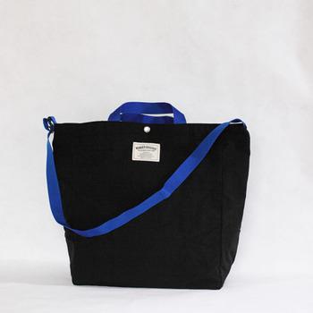 内装のマチ部両側にペットボトルが入るサイズのポケットがあるので、バッグの中の整理整頓も楽々。