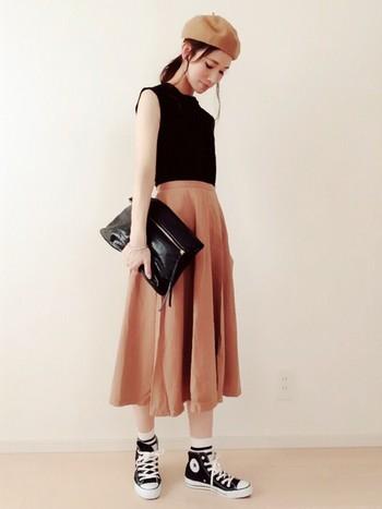 ミモレ丈スカート×ベレー帽でパリジェンヌ風のコーディネート。合わせたのは黒のハイカットスニーカー。全体をベージュと黒で統一し、まとまりのあるシックな着こなしに。
